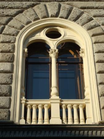 Una delle finestre finto rinascimentali foto di cassa di - Rivestire i davanzali delle finestre ...