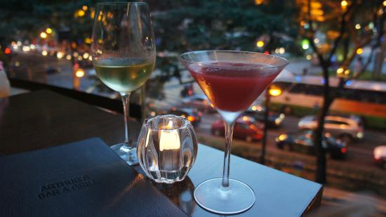 Arthur's Bar and Grill: Drinks by the window in Arthurs