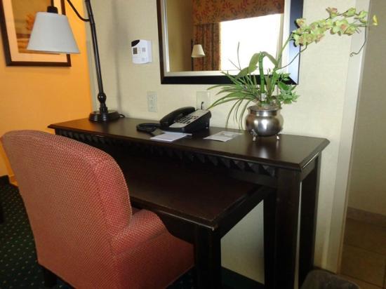 Hampton Inn & Suites Chino Hills: desk in room