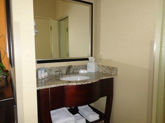Hampton Inn & Suites Chino Hills: bathroom