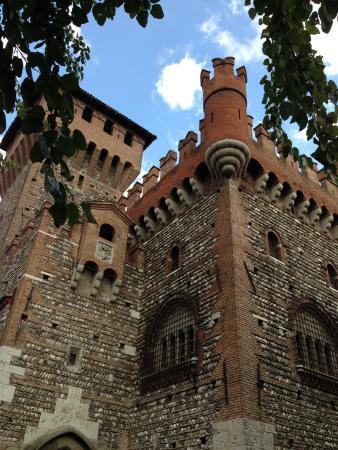 Villa San Pietro: Slottet uppe på höjden i Montichiari.