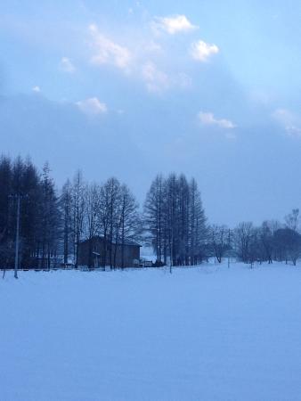 Obihiro Yachiyo Youth Hostel : 散歩道から宿を望む