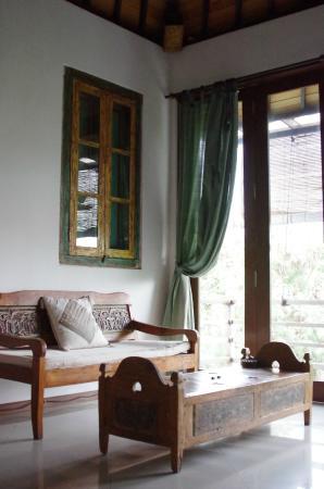 Coco Balibali: 天井から床までの大きな窓で明るく開放的