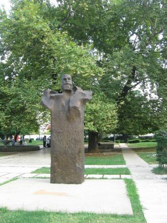Fan Noli statue