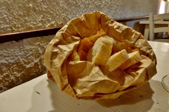 Vicchio, Italien: Brot wird in der Tüte serviert