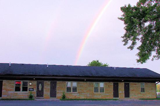 Mazomanie, Висконсин: The front of the motel complete with early morning rainbow