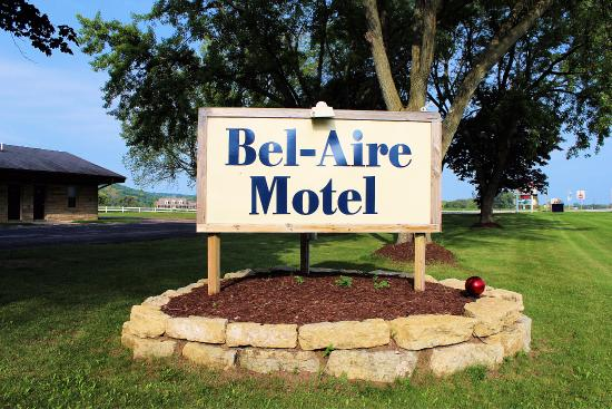Bel-Aire Motel: Sign in front of motel