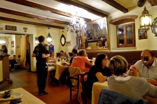 Vicchio, Italia: Lebhafte Atmosphäre am Abend