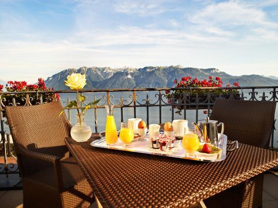 Le Baron Tavernier : Petit déjeuner sur terrasse chambre - Côté Lac