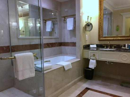 Bathroom shower tub picture of the venetian macao for Venetian hotel bathroom photos
