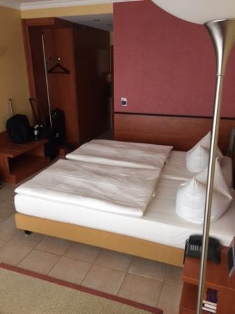 Hotel VierJahreszeiten Iserlohn: Two Twin Style Bed Arrangement