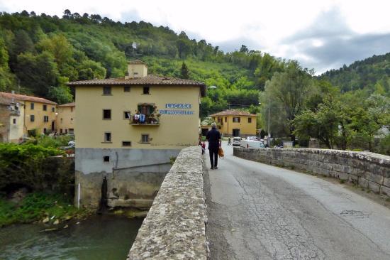 Vicchio, Italia: Direkt an der Steinbrücke über die Sieve