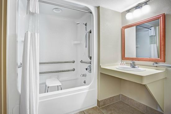 أيوا سيتي ترافيلودج: Accessible Bathroom