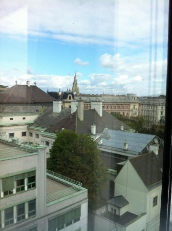 25hours Hotel at MuseumsQuartier: Blick Richtung Parlament