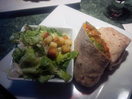 Tantallon, Canadá: Fiesta wrap and Caesar salad