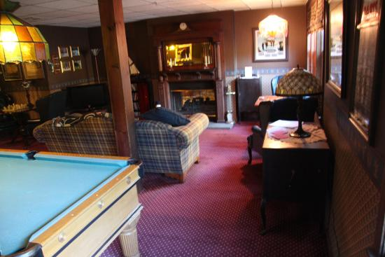 Inn at Ellis River: Bar and game room area