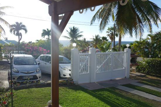 Residence Cocody: vue des voitures de la veranda