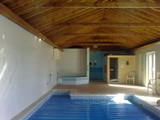 Kingswear, UK: The indoor pool, Jacuzzi and Sauna with changing rooms and gym beyond