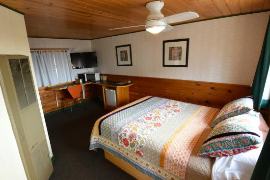 Mangy Moose Motel: Room 6 - Queen Bed