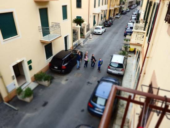Hotel Tina: Zimmer Sicht vom Balkon hinten Strasse sehr Ruhig