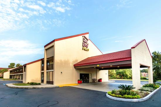 Red Roof Inn Columbia West, SC is a cheap, pet friendly hotel with free parking and free Wi-Fi, located by Finlay Park and the University of South Carolina.