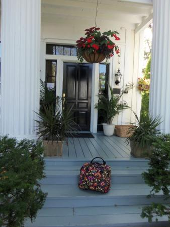Γιάρμουθ Πορτ, Μασαχουσέτη: Entrance to Inn at Cape Cod with my Vera Bradley Luggage