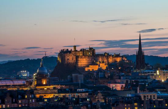 Schottland, UK: Edinburgh Castle at night seen from Salisbury Crags