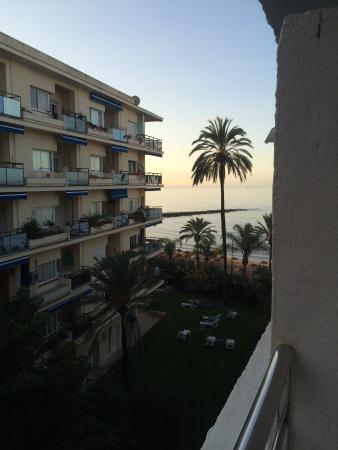 Aparthotel Puerto Azul Marbella : Side sea view from balcony