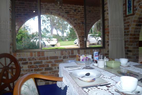 Oyster Bay, Australien: La salle où l'on prend le petit déjeûner et vue sur  parking