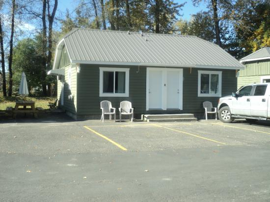 Grand Forks, Canada: front view of one of our cabins