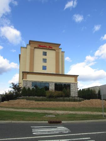 Hampton Inn Neptune/Wall: Outside of hotel-area where indoor pool is.