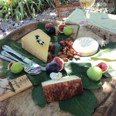 Puisserguier, Франция: everyone needs more local cheese!