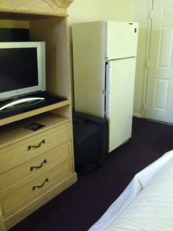 Travelodge Cordele: Two broken TVs and a filthy old fridge.