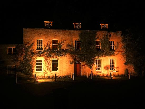 The Fox & Hounds Hotel: The Fox & Hounds at night