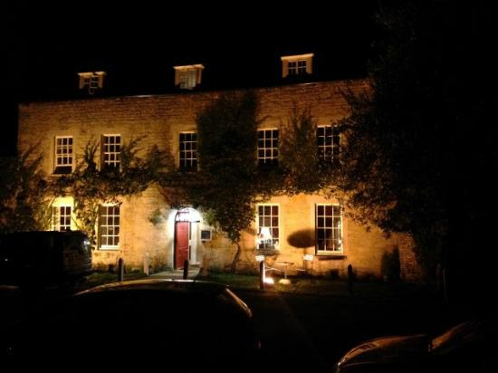 The Fox & Hounds Hotel: Night time