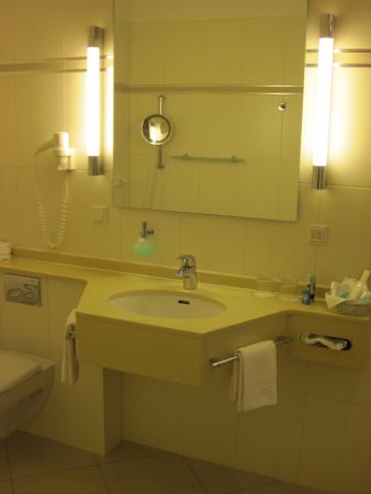 TOP CCL Hotel Essener Hof: Bathroom in Room #216 - Essener Hof (18/Oct/15).