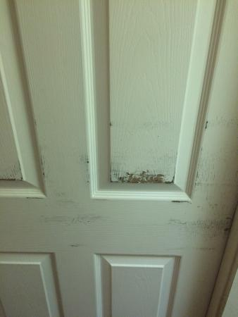 Smoky Mountain Inn & Suites: Paint coming off door