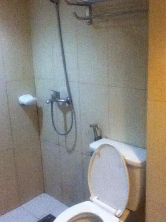 CebuView Tourist Inn : twin room bathroom