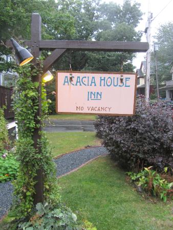 Acacia House Inn: Welcome Sign Out Front