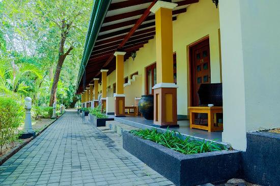 Miridiya Lake Resort: Front View of the Hotel