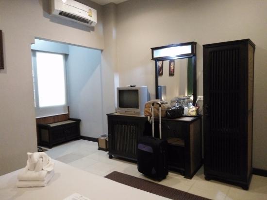 Chiangmai Night Bazaar Boutique Hotel: ada kulkas di dalam lemari