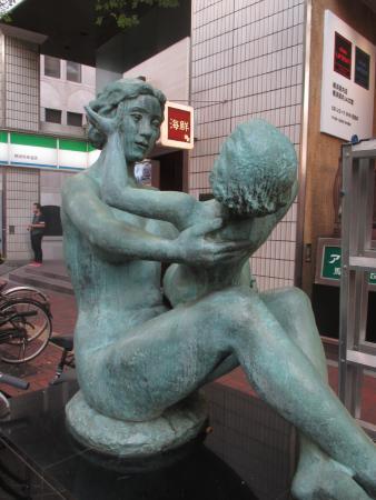 A Monument of Ice Cream: 舗道上に置かれたブロンズ像