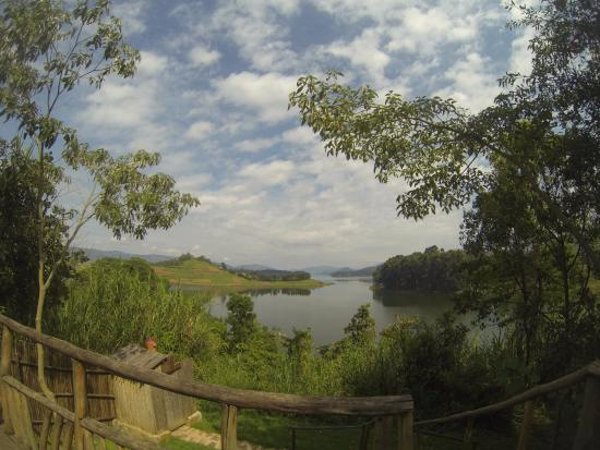 Byoona Amagara: morning view of the lake from the deluxe geodome