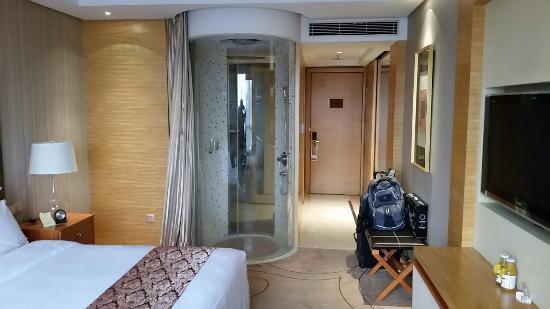 Baolilai International Hotel: Room with Shower curtain open & Room with Shower curtain open - Picture of Baolilai International ...