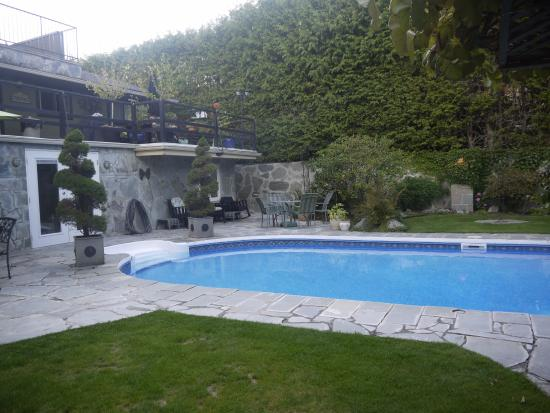 The Stone Hedge Bed and Breakfast: pool