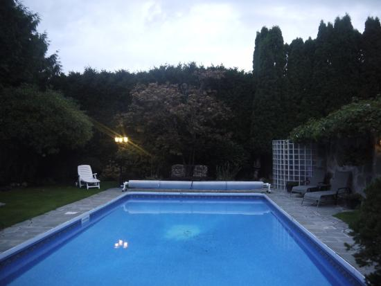 The Stone Hedge Bed and Breakfast: very cold to swim here