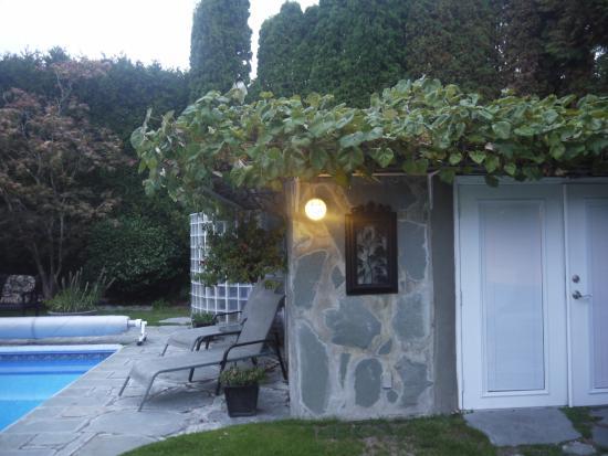 The Stone Hedge Bed and Breakfast: safari room door