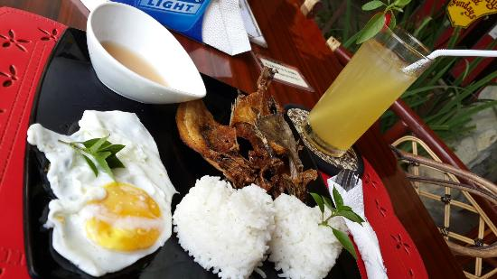 The Gypsy's Lair Art Cafe: breakfast: Lamayo and calamansi juice