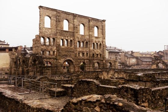 Reperti archeologici del teatro romano - Picture of Teatro Romano, Aosta - Tr...