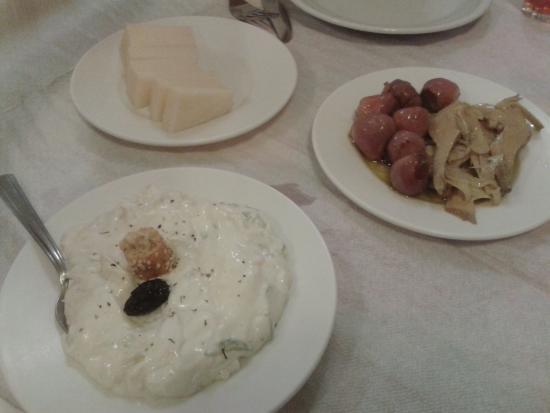 Iliomanolis Taverna: prima sera.tzatziki, piatto misto carciofi sott'olio e cipolle di montagna e mezza porzione grav